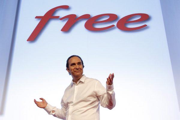 Мужчина на фоне надписи «Свободно»