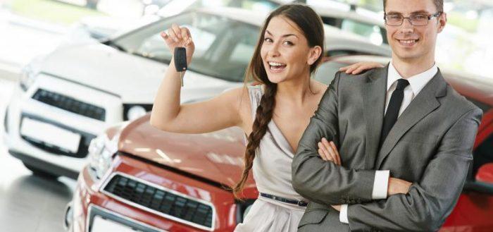 Девушка с парнем на фоне авто