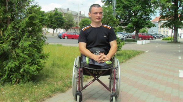 Молодой инвалид-колясочник