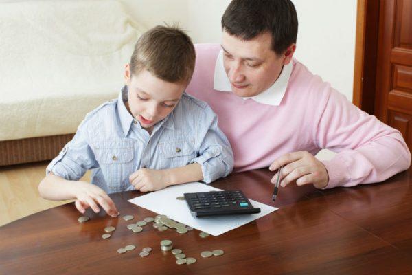 Отец и сын считают деньги