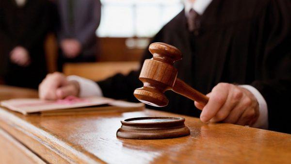 Судебный молоток в руках судьи