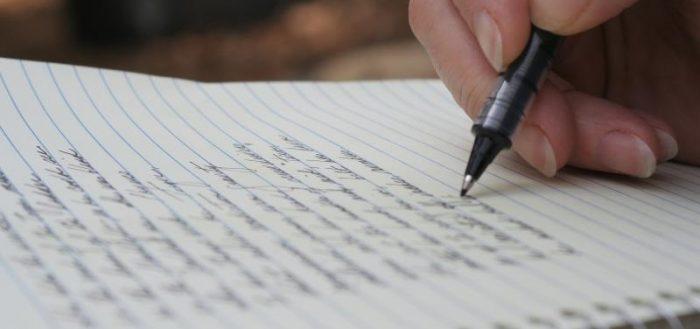Блокнот и ручка в руке