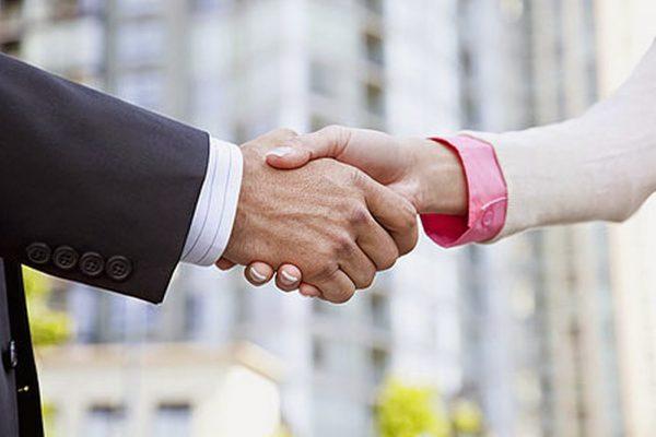 Два человека пожимают друг другу руки