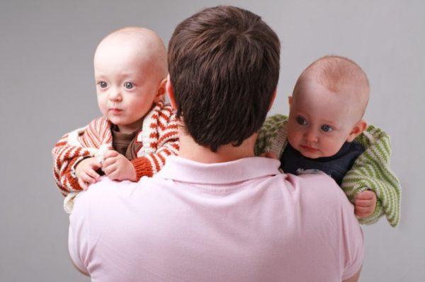 Два малыша на руках отца