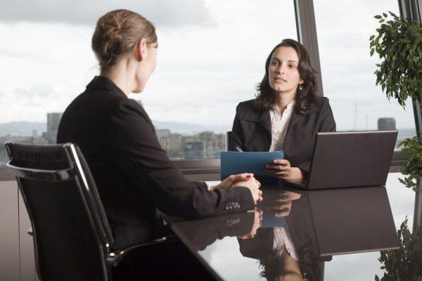 Две женщины за столом