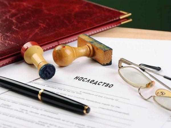 Документ, очки, печати и папка на столе