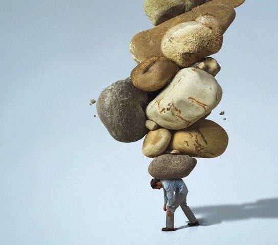 Гора из камней на плечах