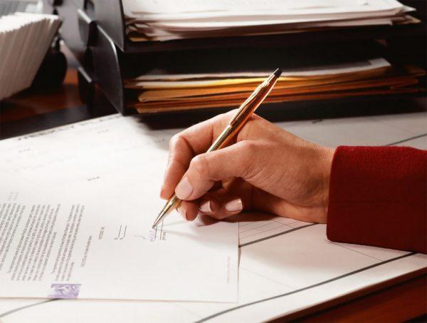 Рука человека, заполняющего документ
