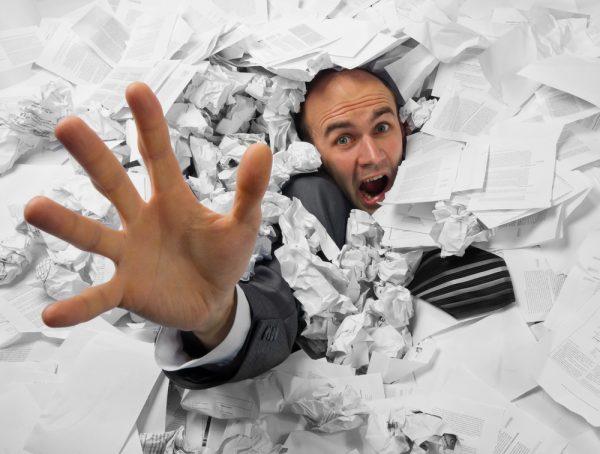 Мужчина засыпан документами