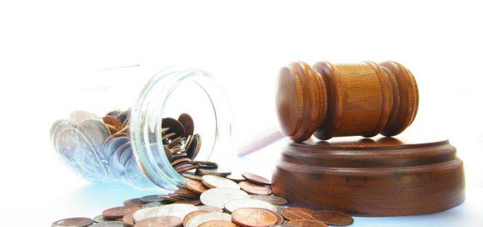 Монеты и молоток судьи