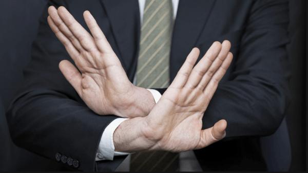 Мужчина показывает жест «открещивание»