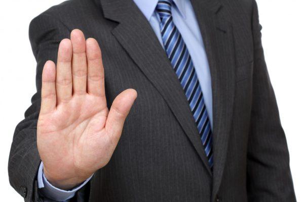 Мужчина показывает жест «стоп» рукой