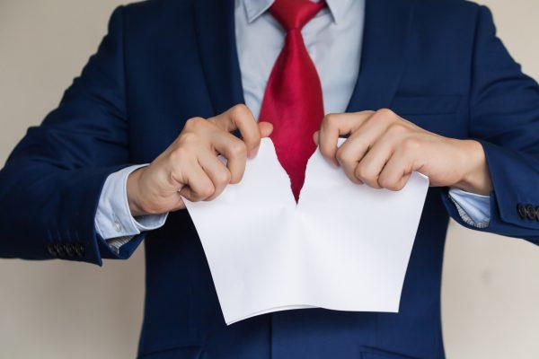 Мужчина рвёт документ