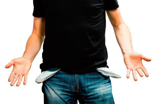 Мужчина с вывернутыми карманы