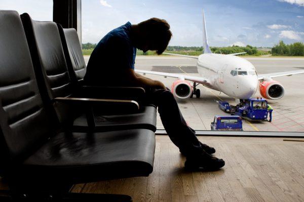 Грустный парень в аэропорту