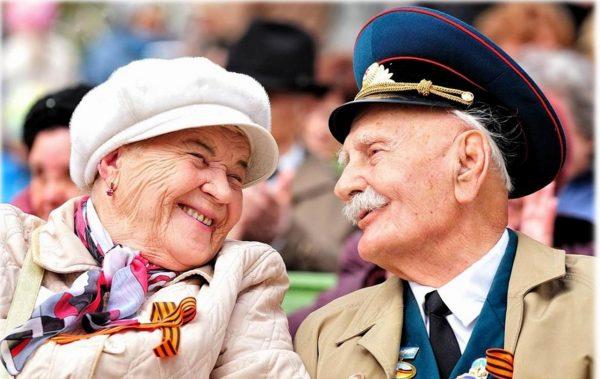 Пожилые мужчина и женщина улыбаются друг другу