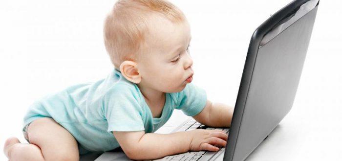 Ребенок у ноутбука