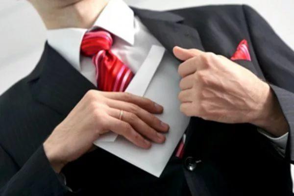 Мужчина прячет конверт