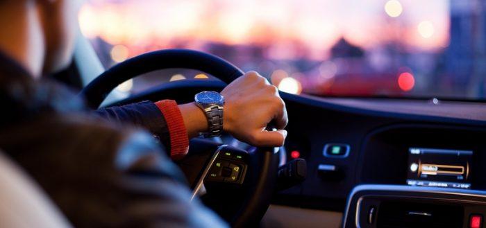 Человек за рулём автомобиля