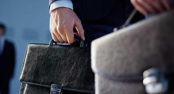 кожаные портфели в руках мужчин
