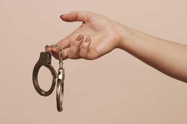 наручники в женской руке