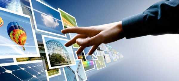 Рука тянется к интерактивной доске