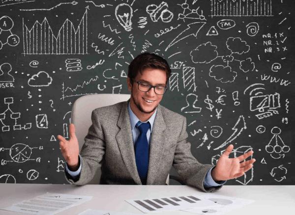 Предприниматель на фоне доски с рисунками