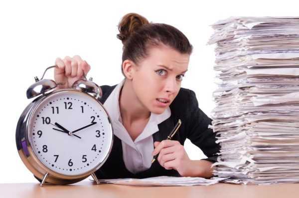 Женщина с документами и будильником