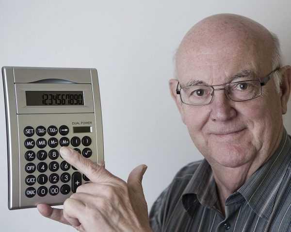 Мужчина преклонного возраста с калькулятором в руках