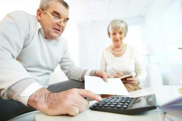 Супружеская чета с калькулятором и документами