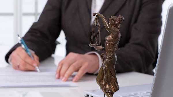 Статуя Фемиды на столе