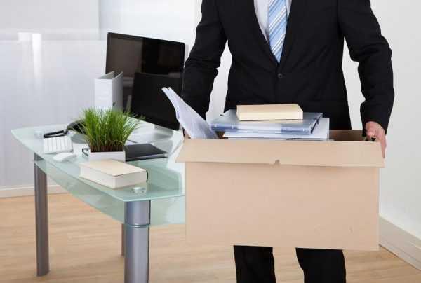 Мужчина с коробкой в офисе