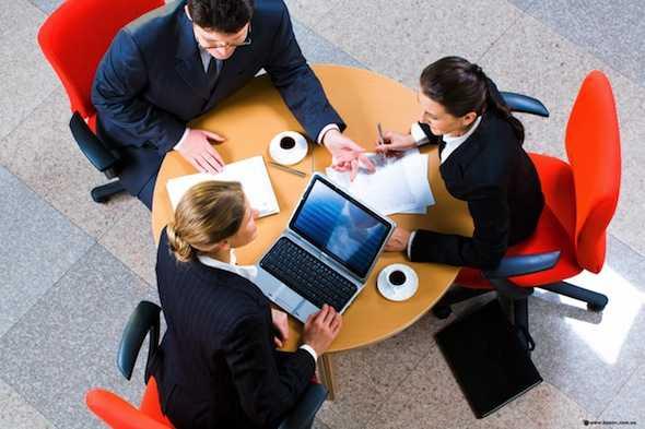 Люди в офисе за столом