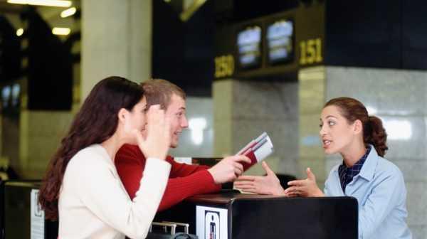 Мужчина и женщина спорят с продавцом