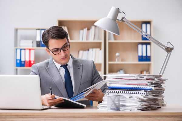 Мужчина изучает отчёт