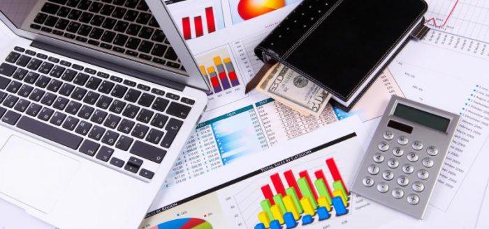 Ноутбук, кошелёк, калькулятор и диаграммы