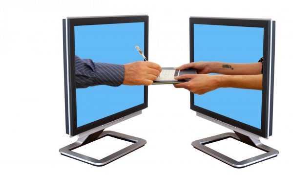 Два компьютерных монитора и торчащие из них руки