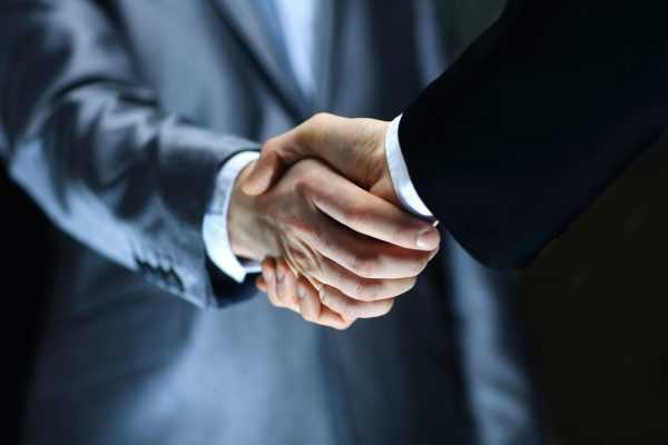 Рукопожатие людей в деловых костюмах