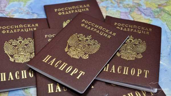 Паспорта РФ на фоне географической карты