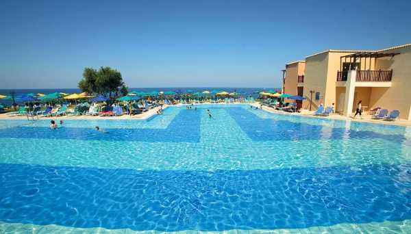 Бассейн и пляж у отеля на морском курорте
