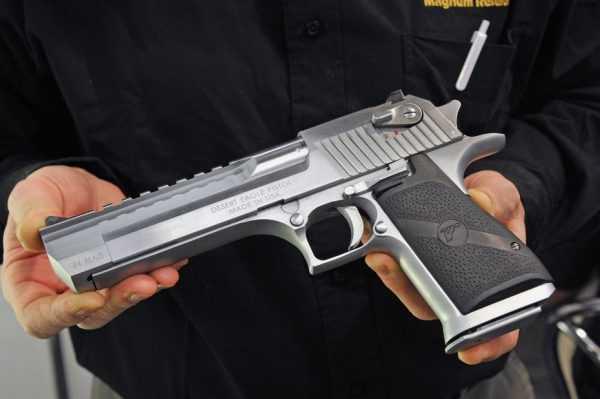 У мужчины в руках пистолет