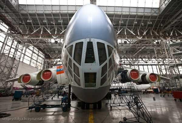 Самолет в ангаре