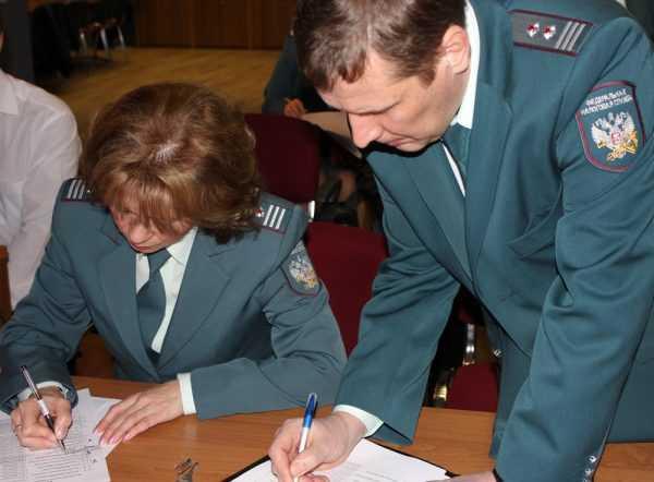 Инспекторы налоговой службы проверяют документы