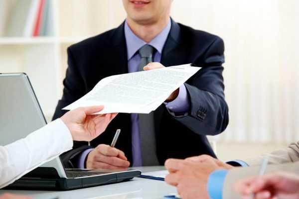 Один человек передаёт другому документ