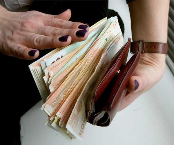 Кошелёк и деньги в женских руках