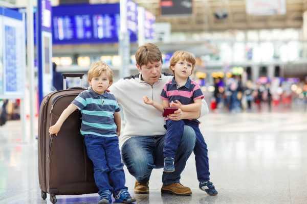 Дети с мужчиной в аэропорту
