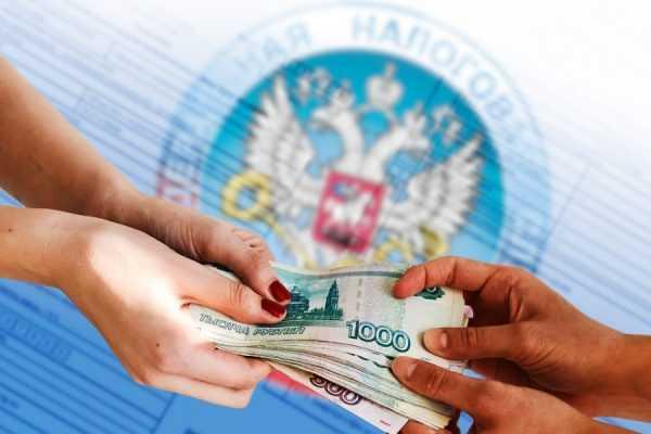 Передача денег на фоне логотипа налоговой инспекции