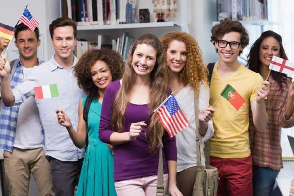 Молодёжь с флагами разных стран