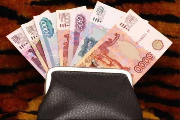 Кошелёк и денежные купюры