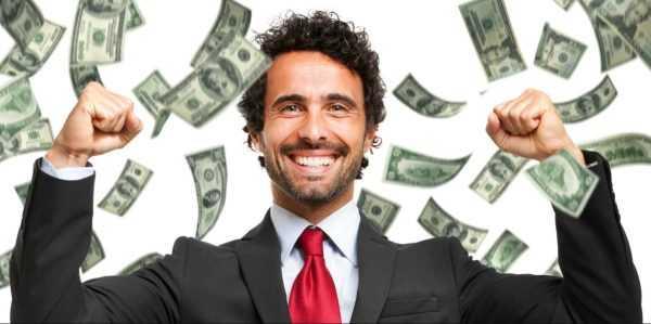 Улыбающийся мужчина на фоне падающих денежных купюр